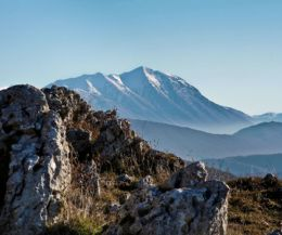 Locandina: Il Monte Cervia: panorami selvaggi e vista sul lago